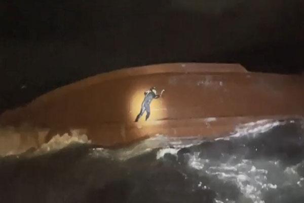 韩海警在独岛附近海域救助2名船员并发现失去意识的一名船员