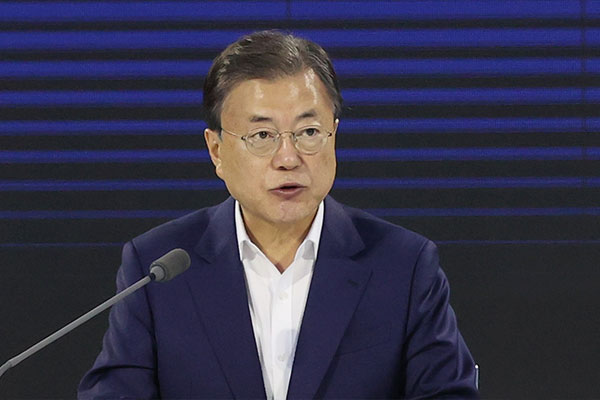 Moon Offers His Condolences to Ex-President Roh's Family