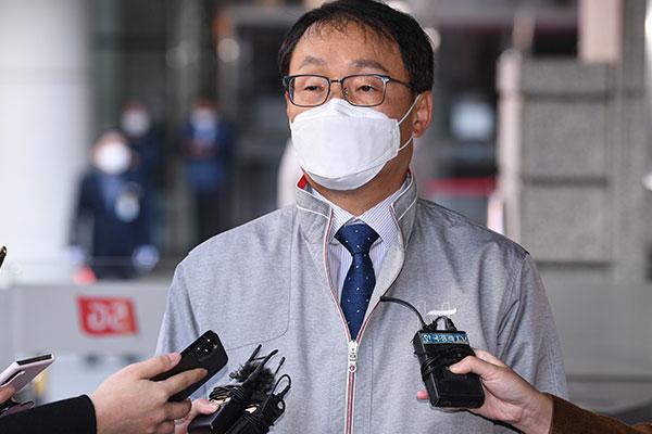 Tổng giám đốc KT cúi đầu xin lỗi khách hàng về sự cố sập mạng