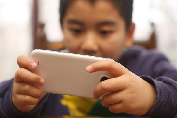 En Chine, les adolescents des zones rurales accrocs à leur téléphone portable