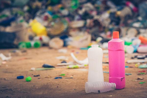 Deux jeunes Indonésiennes sollicitent Donald Trump pour le renvoi des déchets américains