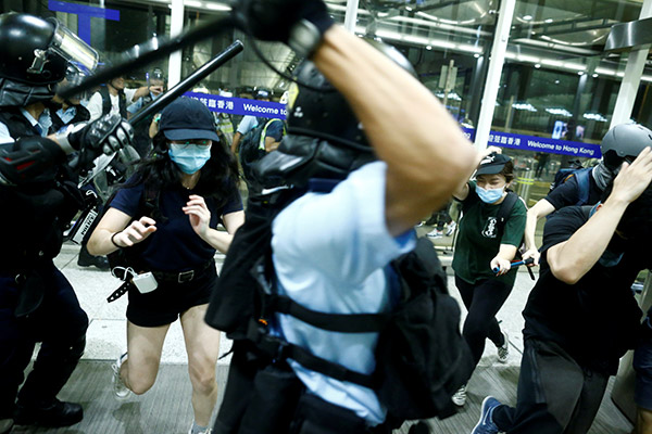Flughafen in Hongkong nimmt Betrieb wieder auf