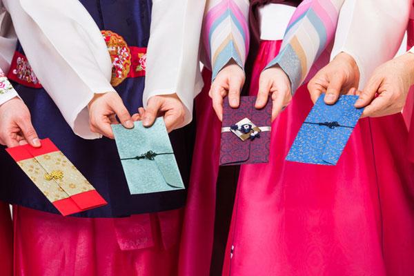 La coutume d'offrir une enveloppe du Nouvel an varie selon les pays asiatiques
