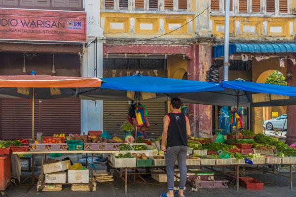 COVID-19 : les hommes malaisiens égarés dans les supermarchés
