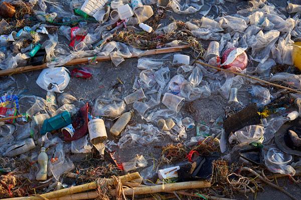 Le ministre de l'Environnement thaïlandais renvoie des déchets à leurs propriétaires