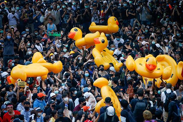Thaïlande: les canards jaunes gonflables deviennent les symboles du mouvement pro-démocratie