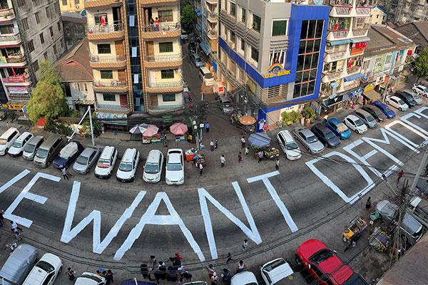 Birmanie : les manifestations innovantes des citoyens contre le régime militaire