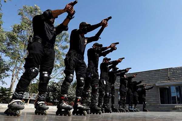 Pakistan : les policiers patrouillent en rollers
