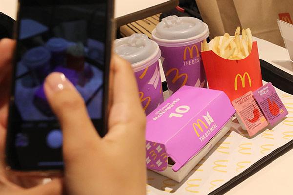 Les Indonésiens se ruent sur McDonald's pour commander le menu BTS