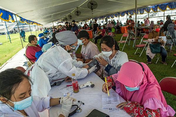 Un médecin indonésien propose une « visite dans l'enfer du coronavirus »