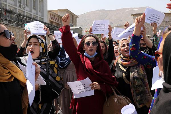 Des Afghanes publient des photos de leurs robes traditionnelles contre les burqas