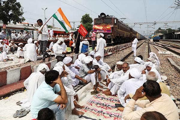 Bauernproteste legen Eisenbahnverkehr in Indien lahm