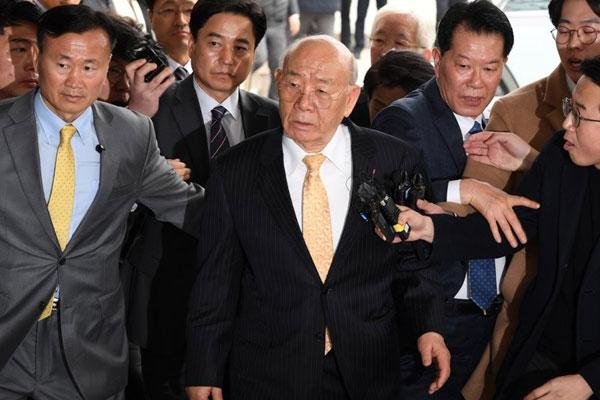 Экс-президент РК Чон Ду Хван предстал перед судом