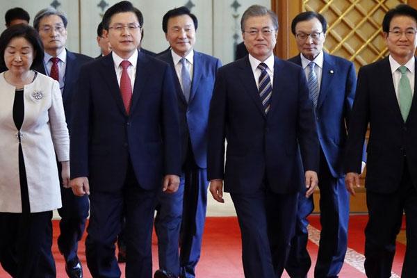 Präsident Moon berät sich mit Parteispitzen