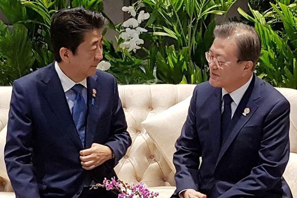Moon Jae-in a rencontré brièvement Shinzo Abe à Bangkok