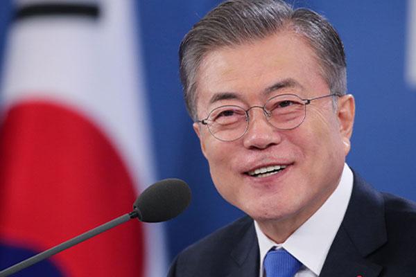 جلسة حوار بين الرئيس مون جيه إين وعدد من أفراد الجمهور