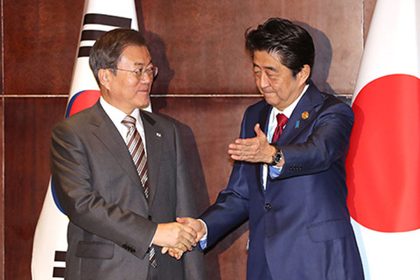 Rencontre en tête-à-tête entre Moon Jae-in et Shinzo Abe