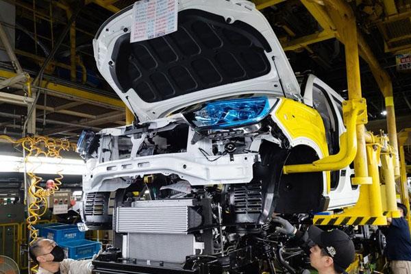 Autohersteller halten wegen Materialmangels Fließbänder an