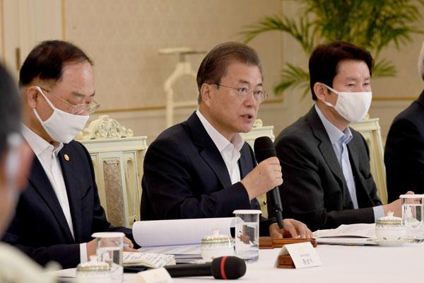 Moon Jae-in préside la première réunion du Comité d'urgence économique