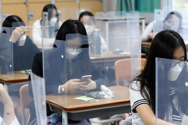 S. Korean High Schools Reopen for Seniors amid Sporadic Virus Outbreaks