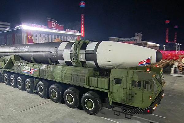 Nordkorea präsentierte bei Militärparade neue Waffen