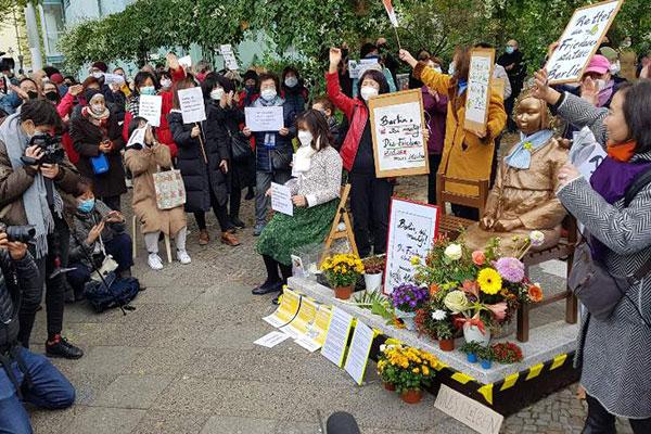 ベルリンの少女像、当面は撤去されず