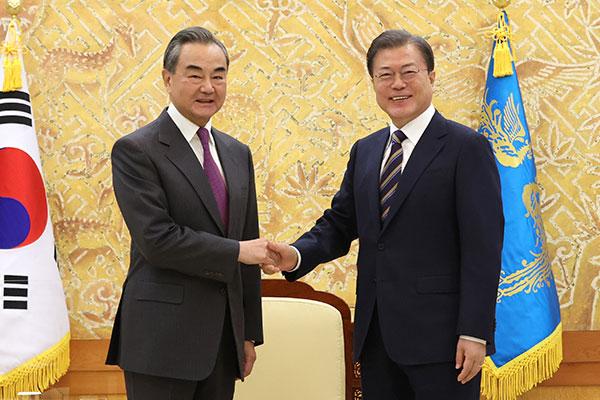 Präsident Moon unterstreicht bei Treffen mit Chinas Außenminister Engagement für Denuklearisierung