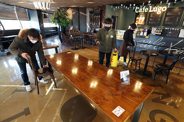 Gov't Extends Current Social Distancing, Eases Restrictions on Cafes, Gyms