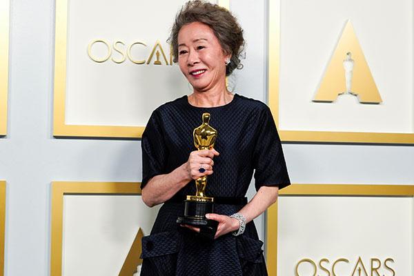 فوز الممثلة الكورية يون يوه جونغ بجائزة أوسكار أفضل ممثلة مساعدة