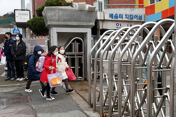 Hàn Quốc xem xét cho toàn bộ học sinh trở lại trường học trong học kỳ II