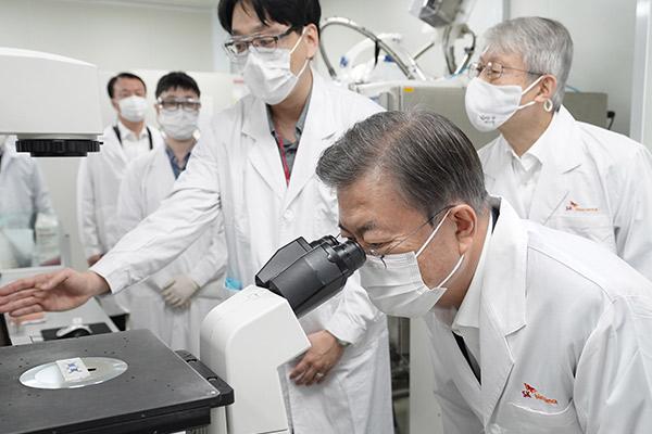Vắc-xin COVID-19 đầu tiên của Hàn Quốc được phê chuẩn thử nghiệm lâm sàng giai đoạn ba