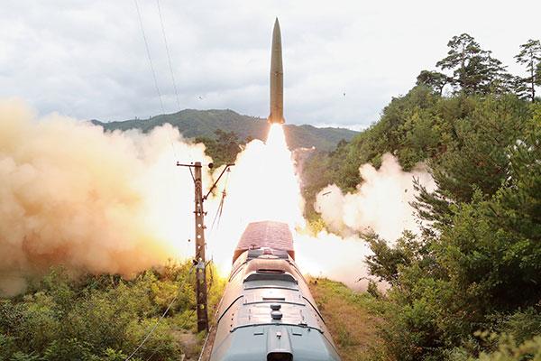 Север запустил две баллистические ракеты