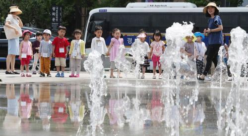 首尔光化门喷水池前的孩子