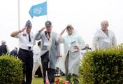 Cựu chiến binh đặt hoa trên mộ đồng đội