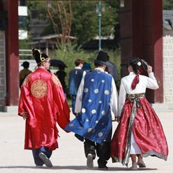 フュージョン韓服を着た観光客