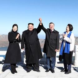 Presiden Moon Jae-in dan Pemimpin Korea Utara Kim Jong-un Di puncak Gunung Baekdusan