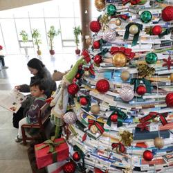 Pohon Natal dari Buku