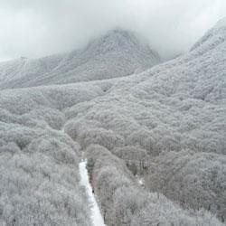 مشهد الجبال المغطاة بالثلوج