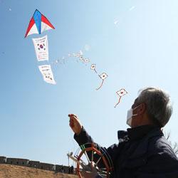 Запуск воздушных змеев с надеждой на победу над вирусом COVID-19