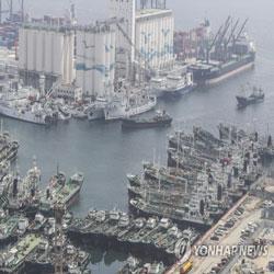 Суда скопились в порту, выжидая пока пройдёт тайфун