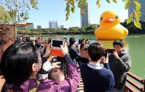 El pato gigante llega al Lago Seokchon