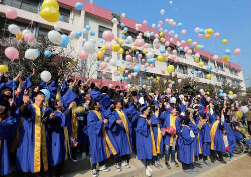 Pelajar Baru Lulus Terbangkan 'Balon Impian'