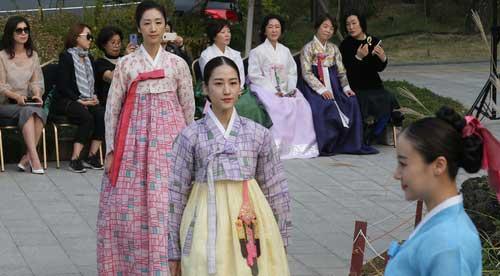 Trình diễn trang phục Hanbok