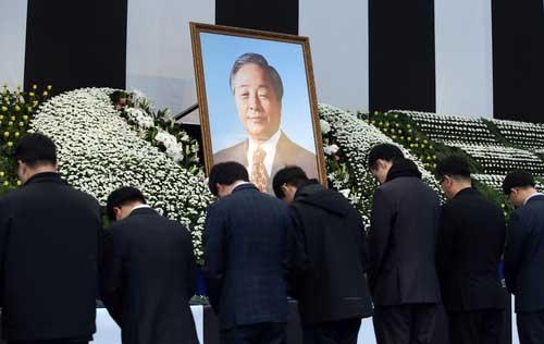 金泳三元大統領死去 弔問する市民