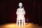 Patung Gadis Raksasa