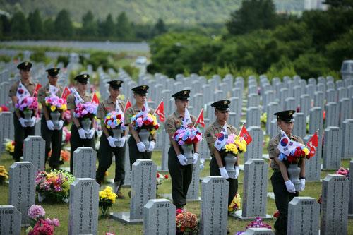 Hoa tưởng niệm các chiến sĩ hải quân