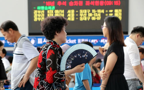 列車予約でごった返すソウル駅