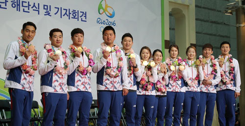Medalists Pose for Shoot