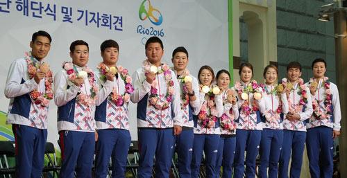 Medallistas posan para las fotos