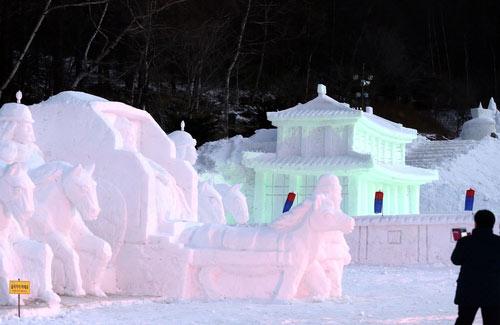Kilauan Patung Salju di Kegelapan
